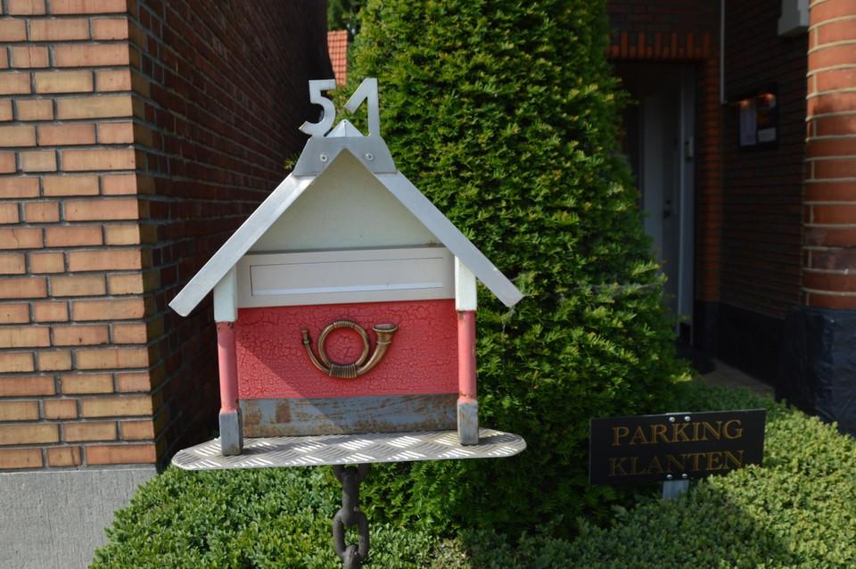Een intussen overleden buur maakte deze brievenbus.
