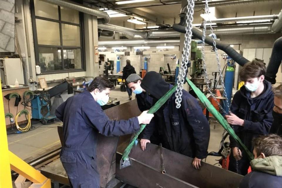 Enkele leerlingen Fotoloassen van de school PT²O uit Turnhout werken aan de gietgoot voor het bedrijf Metallo Belgium in Beerse.