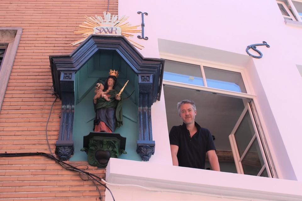 Eigenaar Stefan Van Ransbeeck bij het gerestaureerde kapelletje aan zijn gevel in de Adegemstraat.