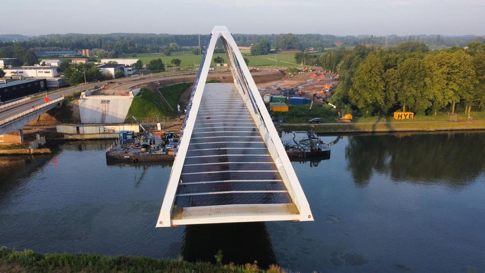 Het invaren van de nieuwe brug was spectaculair om te zien. Van de montagewerf tot de brughoofden bedroeg de afstand ongeveer twintig meter.