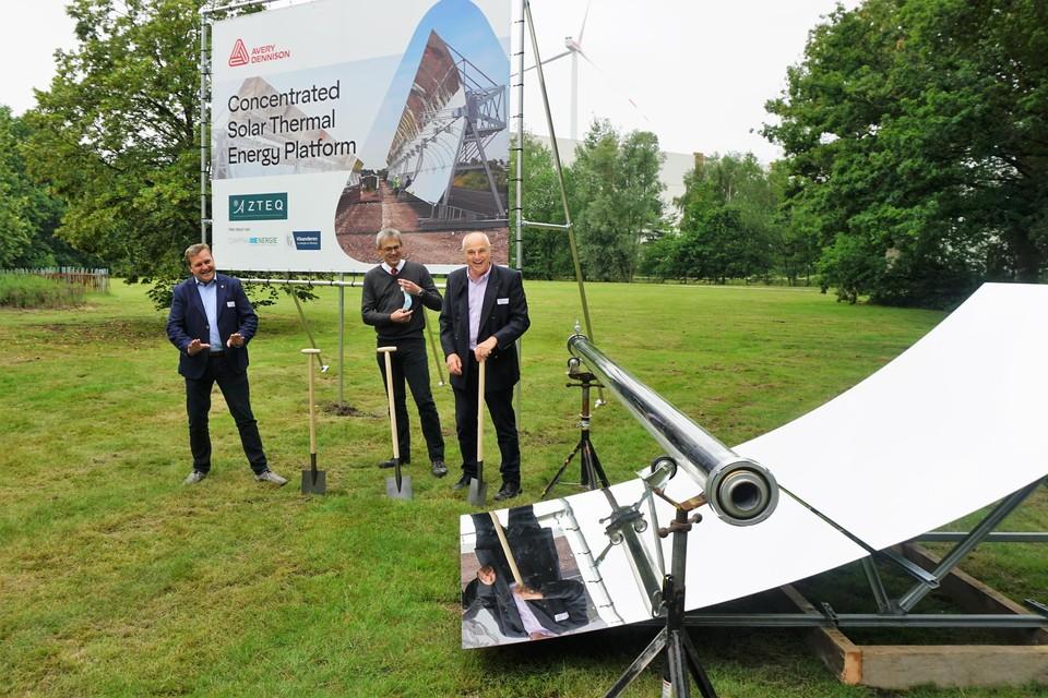 Burgemeester Paul Van Miert, directeur Claudius Gosse (Avery Dennison) en Koen Vermout van Azteq steken de spade in de grond voor de aanleg van een zonnespiegelpark.