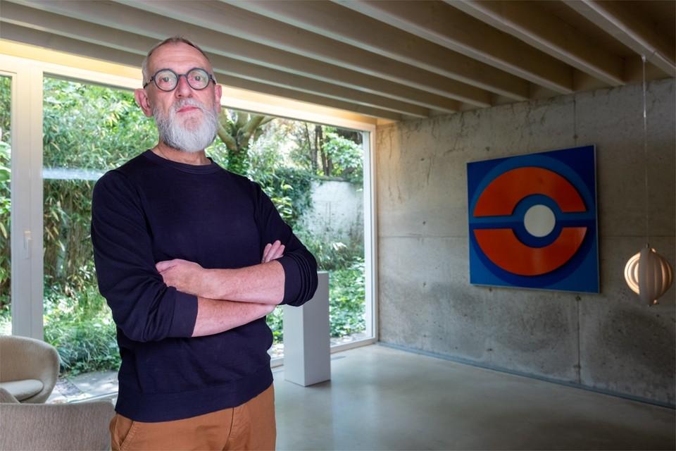 Luc Franken in het voormalige kantoor van architect Kris Mys bij een reliëf van Jean Dubois en een 'Moon lamp' van Verner Panton.
