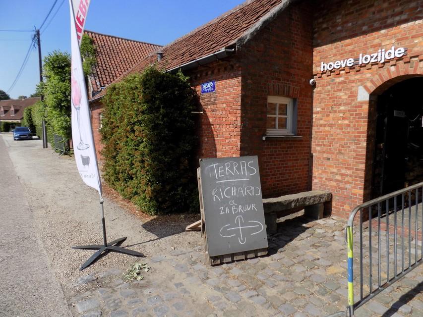 Bar Bruur serveert gerechten op een terras aan Lozijde in Gierle.