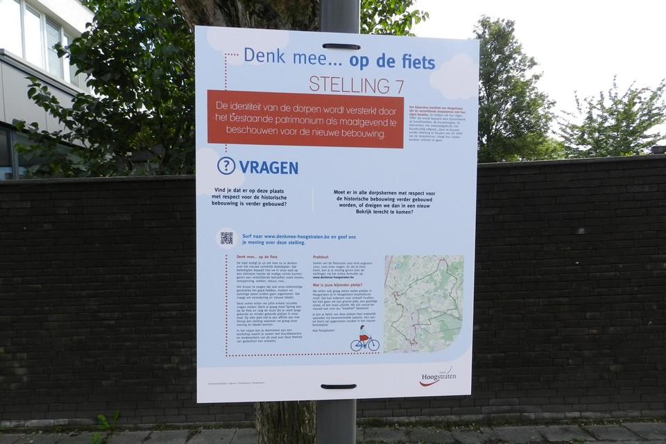 Op tien plaatsen langs de fietsroute hangen affiches die naar een mening peilen.
