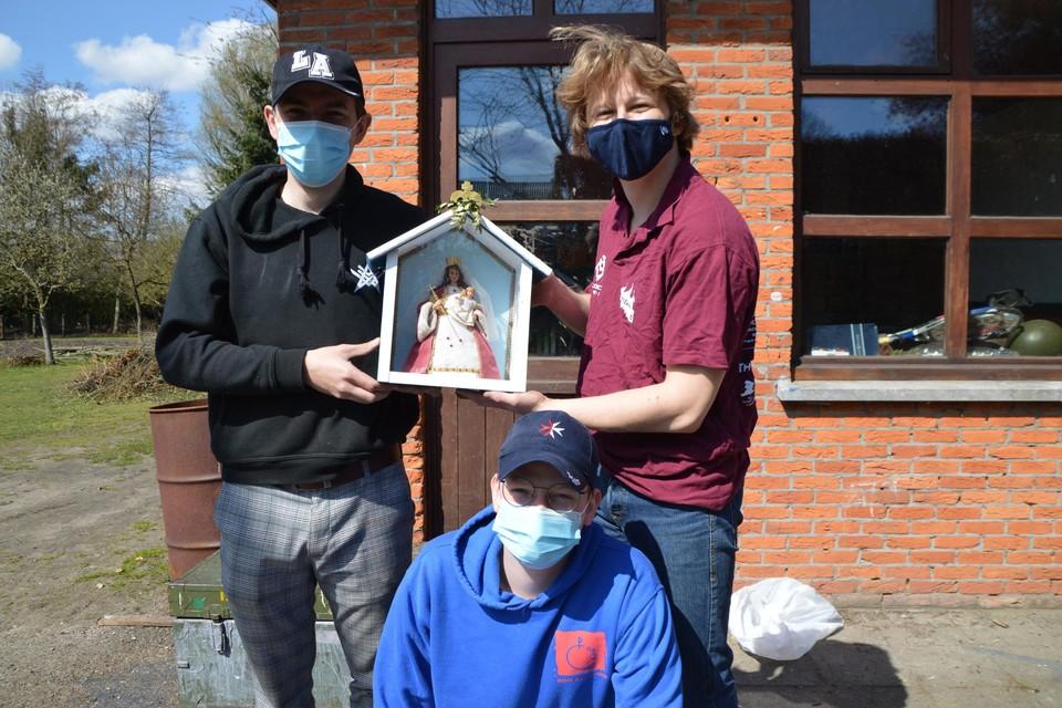 Nick Wouters, David Van Havenbergh en Jeroen Brinkers van Chirojongens Sint-Antonius met hun Mariakapelletje, dat al aan het chirolokaal hangt.