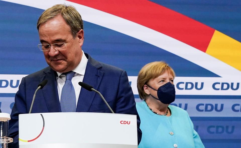Armin Laschet en Angela Merkel zagen CDU teleurstellen.