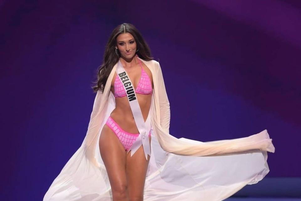 Dhenia Covens tijdens het badpakkendefilé op Miss Universe.