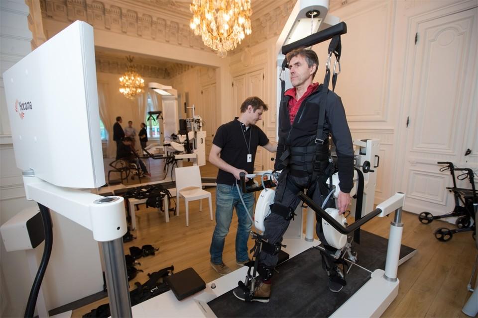 Een robot helpt een patiënt stappen.