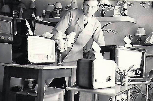 Nostalgische foto van Rik Van Uffelen, stichter van de bekende elektrozaak, die in 2017 de deuren sloot.