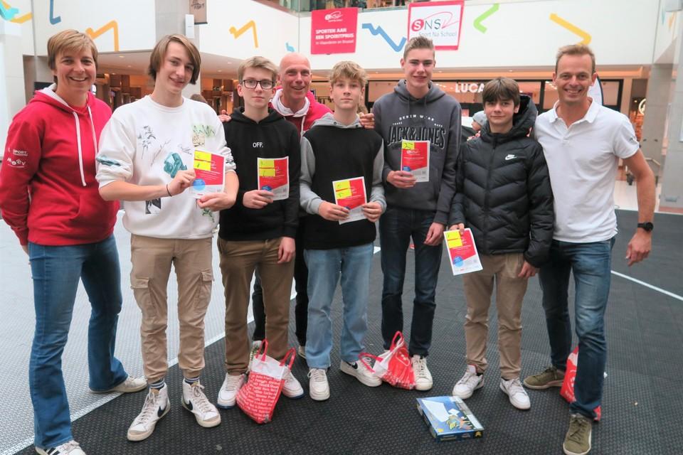 De vierdejaars van het VITO in Hoogstraten met enkele begeleiders van Sport Na School.