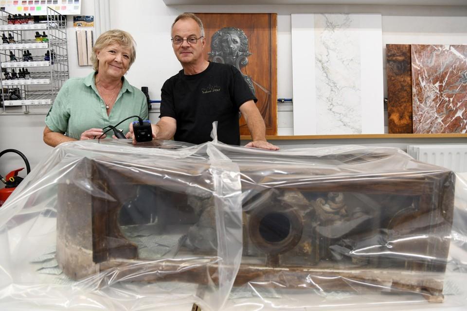 Chantal Siebens en Jan Lermytte deden de ontdekking. Hier staan ze bij het reliekschrijn uit de kerk van Pulle dat momenteel een anti-houtwormbehandeling ondergaat.
