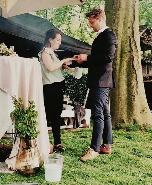 Bij een verloving hoort een ring.