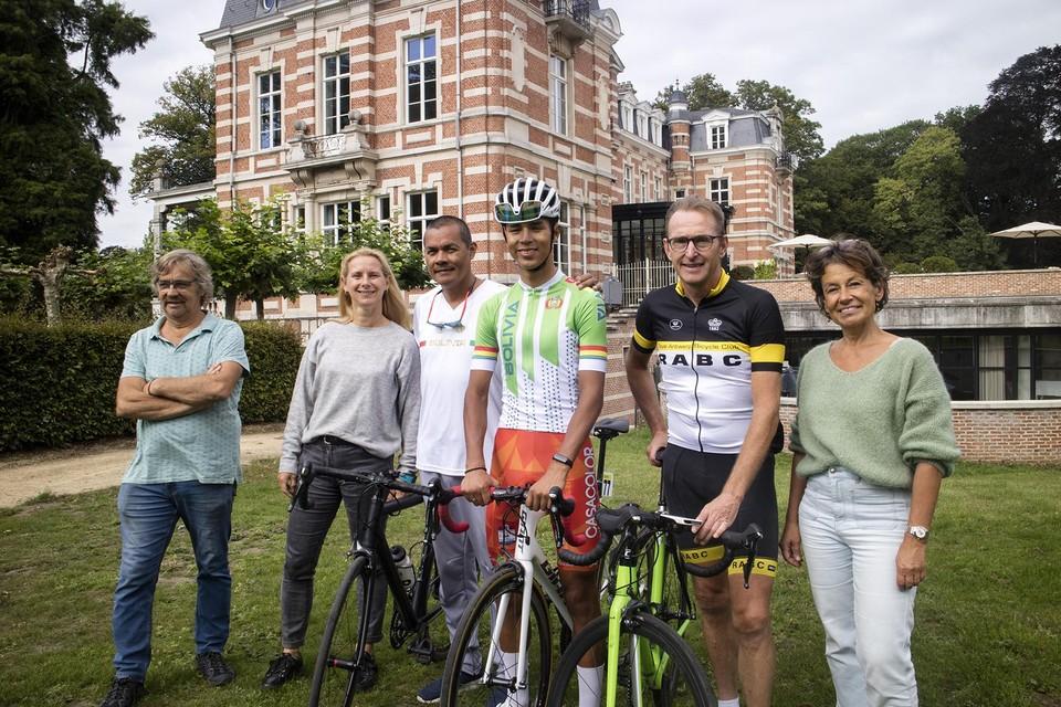 José Manuel met rechts van hem Jan Van Lier en sportschepen Adinda Van Gerven.