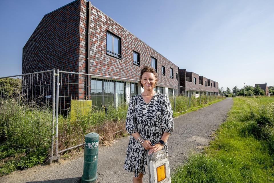 Manuela Verbist bij het woonproject in aanbouw.