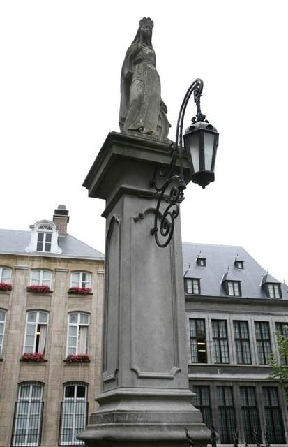 Het Sint-Catharinabeeld op de Vrijdagmarkt is van de hand van Mariëtte Coppens.