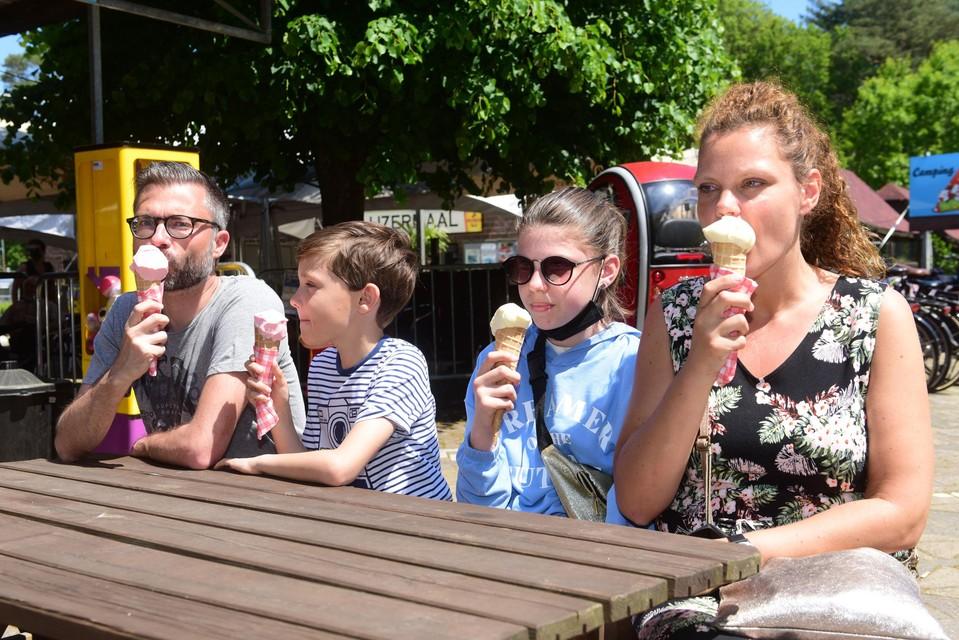Andy, Ans en de kinderen Phil en Mia genieten bij De Zeven Geitjes van een smakelijk ijsje.
