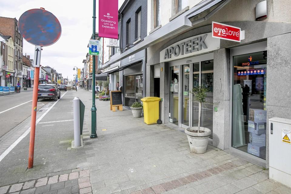 Davy V.B. bedreigde de medewerkster van de apotheek in de Bergstraat  met een mes en ging ervandoor met een geldsom.