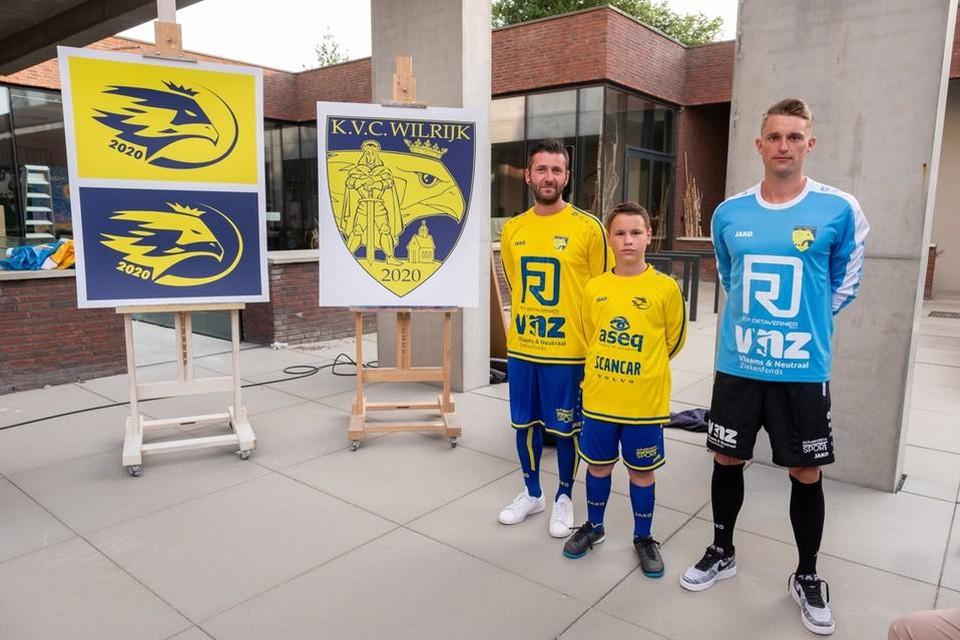 De voorstelling van de nieuwe clubkleuren begin juni aan het districtshuis.
