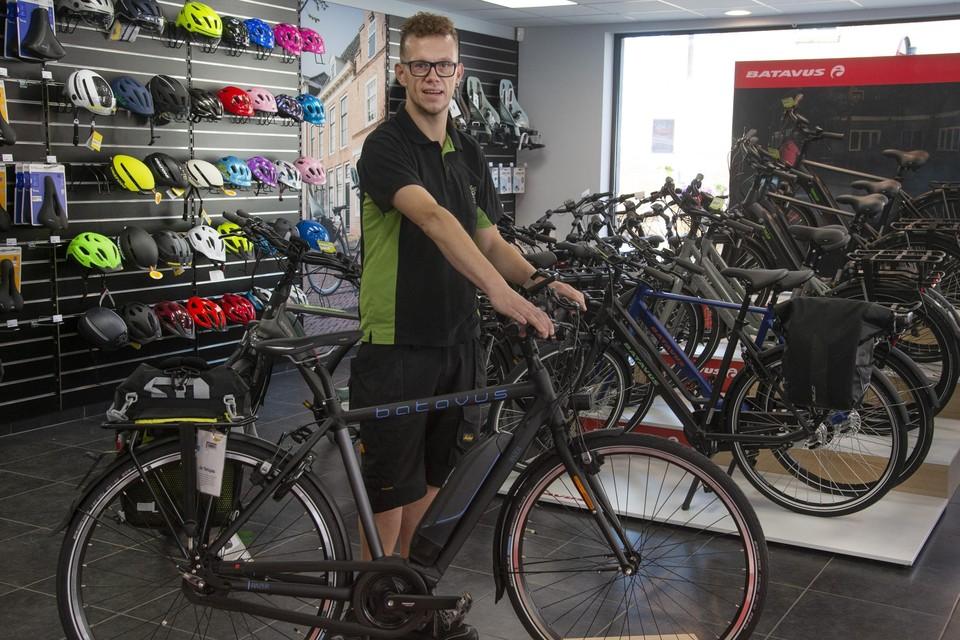 Luc Wynants in zijn fietsenwinkel. Een jaar geleden verwoestte een brand zijn levenswerk.