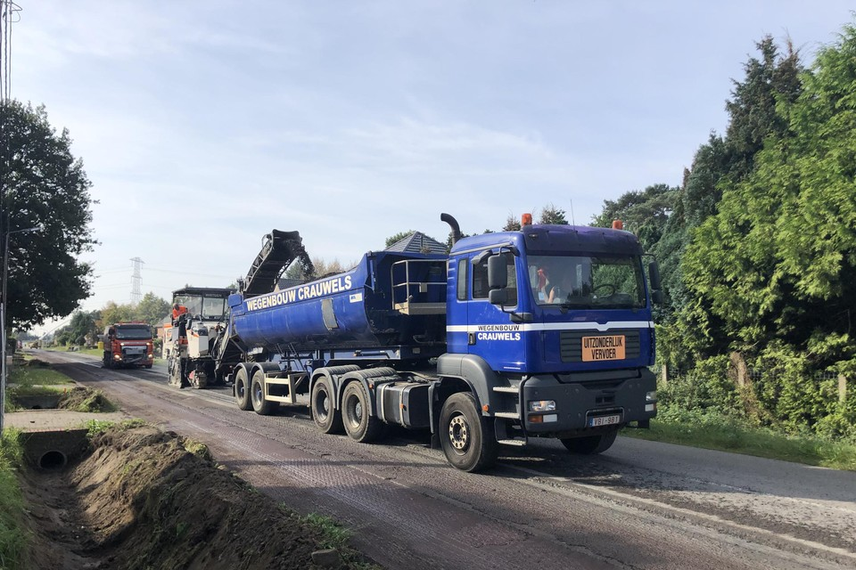 Maandagochtend is gestart met het wegfrezen van het asfalt.