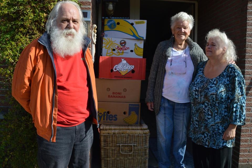 Herman, Maria en Hildegarde bij de dozen vol hulpgoederen.