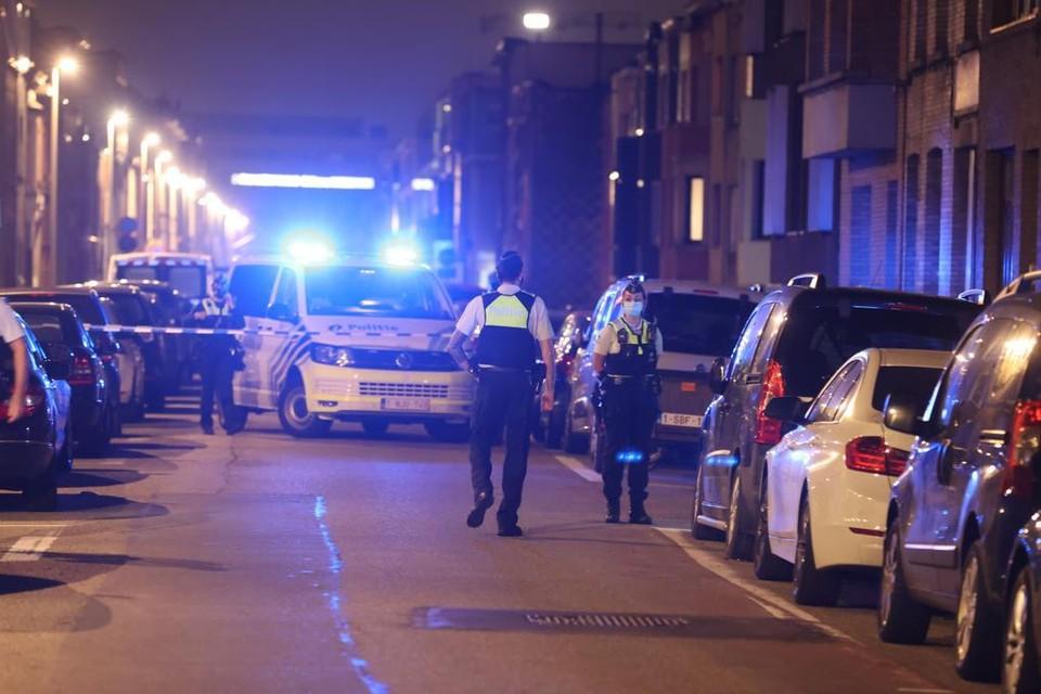 Politie zet de Tweemontstraat af na aanval met brandbom