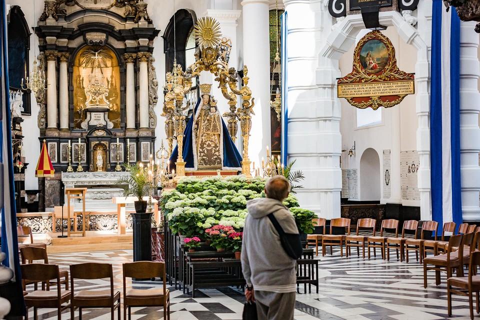 Het Mariabeeld staat centraal in de basiliek van Onze-Lieve-Vrouw van Hanswijk.
