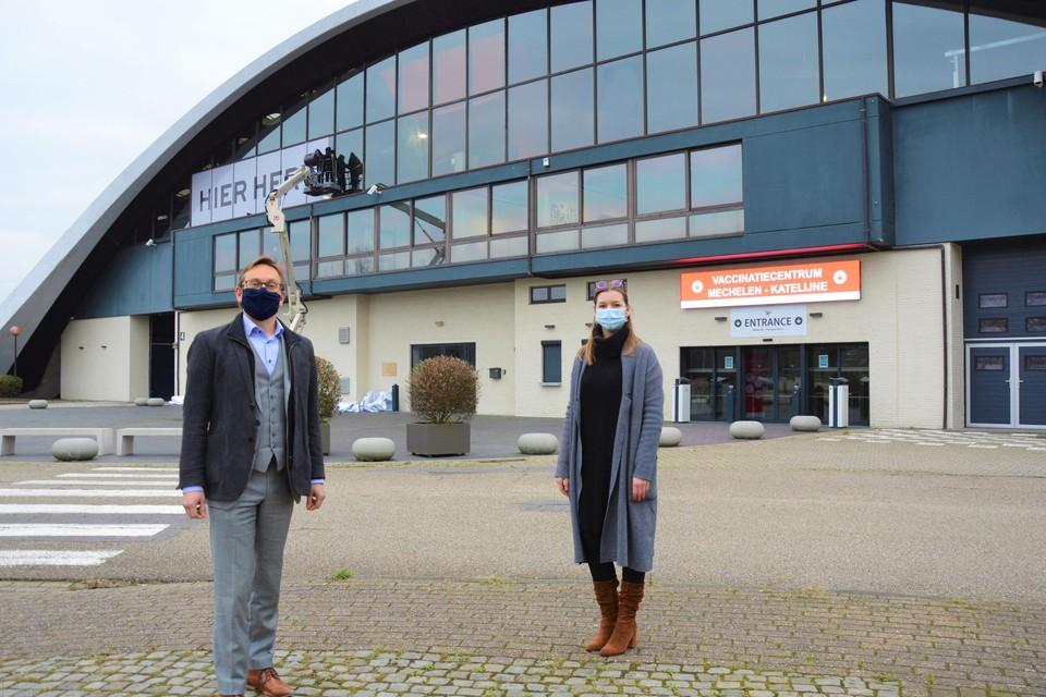 Burgemeester Kristof Sels (links) en schepen Sarah De Keyser aan de Nekkerhal in Mechelen.