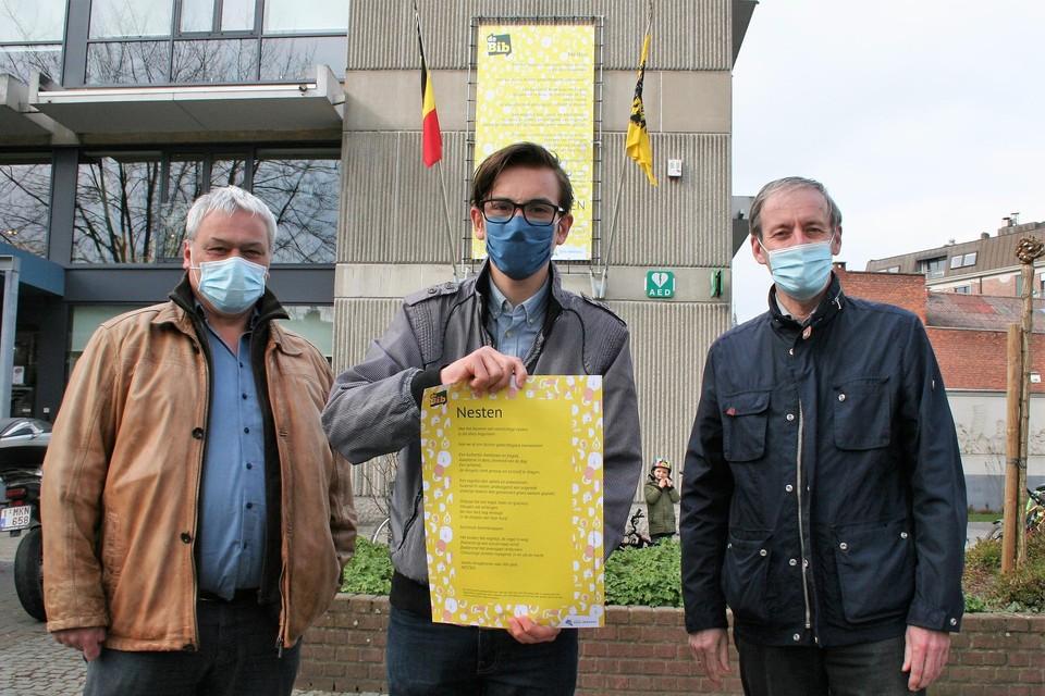 Kinderstadsdichter Mauro Pauwels stelde samen met burgemeester Lieven Dehandschutter (rechts) en cultuurschepen Filip Baeyens het participatief stadsgedicht voor.