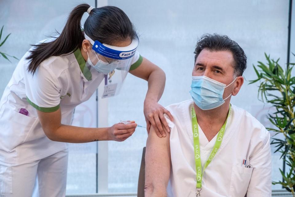 13u: Hoofdverpleegkundige Luc Clement krijgt van Sissy Liu het eerste Moderna-vaccin.