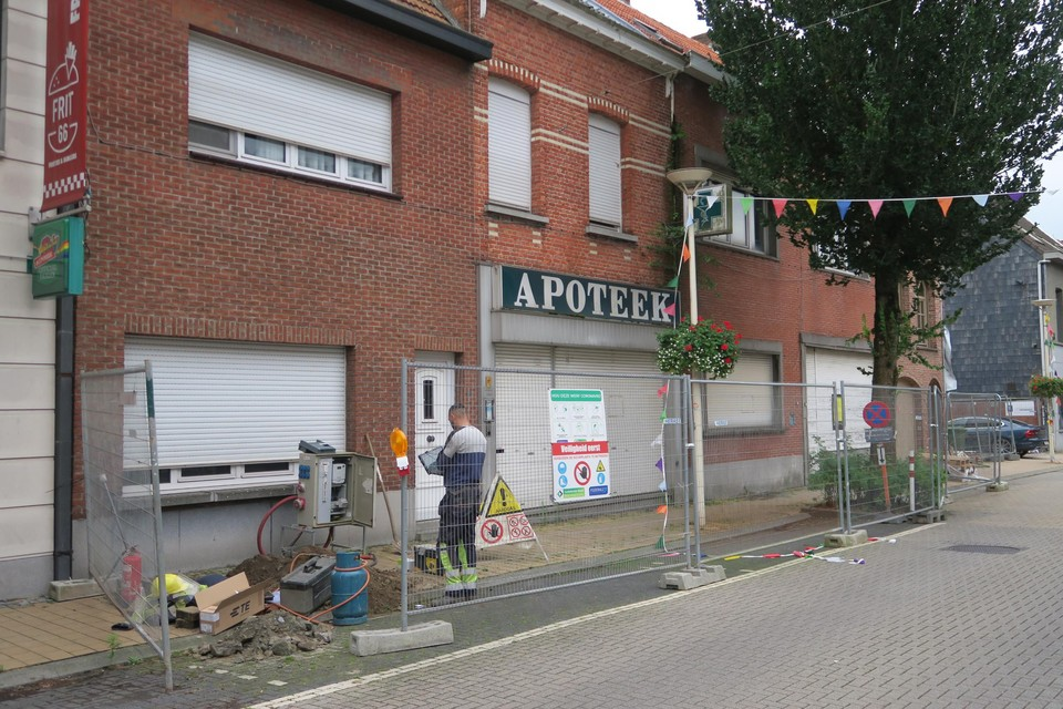 Deze leegstaande verloederde winkelpanden, links van het project van de notarissen, worden eerstdaags afgebroken. Hier komen sociale flats.