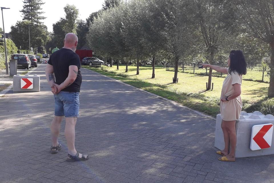 Buurtbewoners Marcel Lambert en Farida Van Olmen tonen de betonnen blokken in de Lakvenheidedreef die volgens hen hun doel missen als snelheidsremmers.