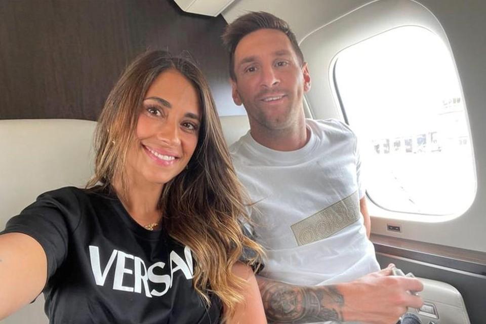Lionel Messi met zijn echtgenote Antonela Roccuzzo, in hun privéjet op weg naar Parijs.