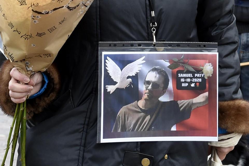 Een beeld van de vermoorde leraar Samuel Paty