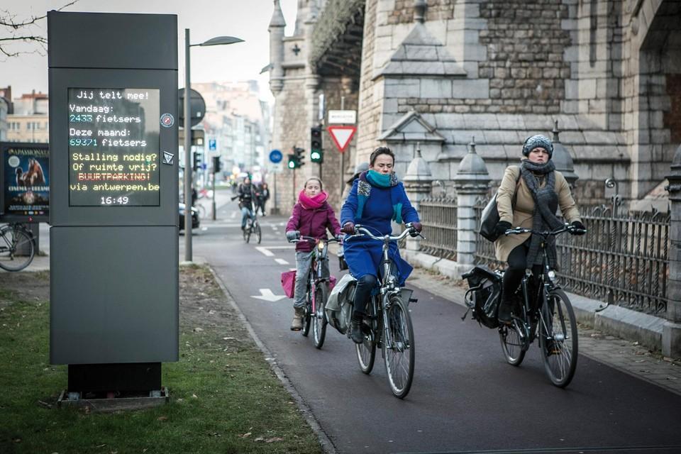 Aan de fietstelpaal in de Mercatorstraat in Antwerpen passeerden in 2020 maar liefst 1.577.172 fietsers.