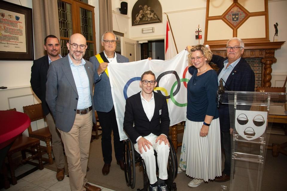 Paralympiër en tafeltennisser Bart Brands krijgt de felicitaties van het district Ekeren en de gemeente Brasschaat.