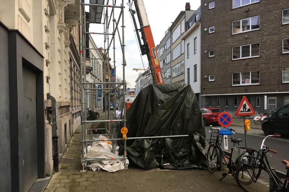 Deze werf aan Vleminckveld maakt het niet gemakkelijk voor voetgangers.