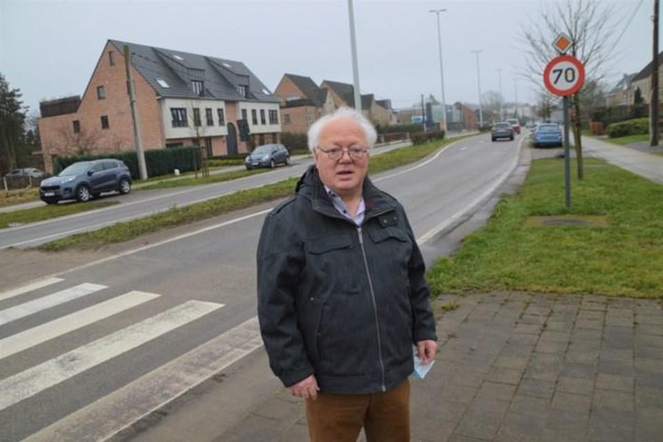 Taalkundige Jos Rombouts op de Ringlaan in Zandhoven, allesbehalve een ring.