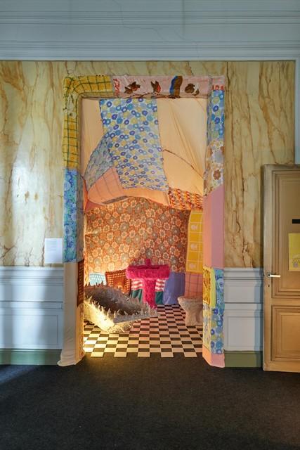 De badkamer van Marie-Lou Chateau uit stof en papier mâché