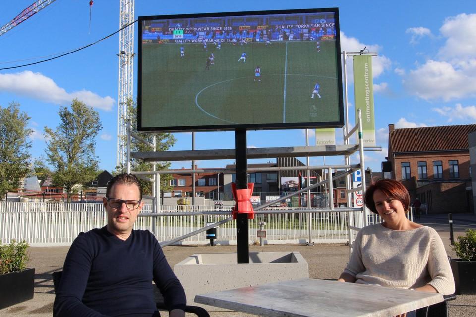 Ben en Greet installeerden terras en led-scherm, zaterdag volgen de drankjes!