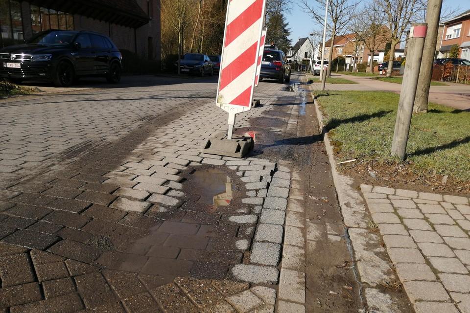 De rijweg is deels afgesloten om verdere schade aan het wegdek te voorkomen.
