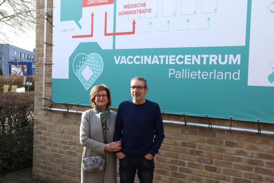 Denise Weyers en Danny Coremans van LBS Beveiliging staan aan vaccinatiecentrum Pallieterland.