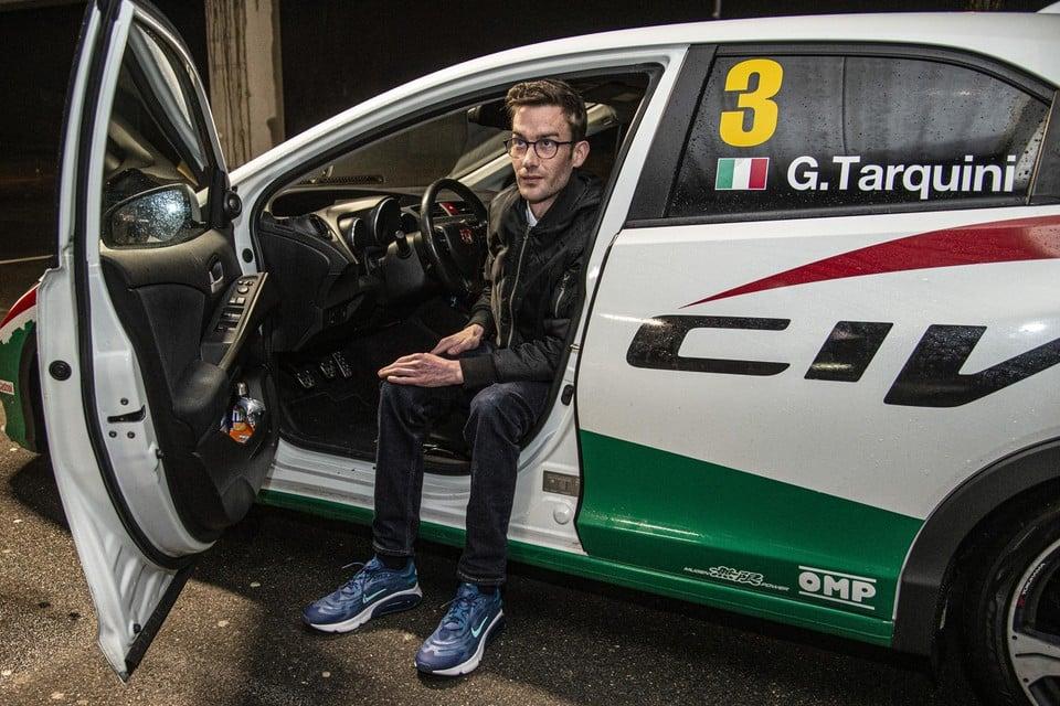 Op de parking van Decathlon in Olen toont Jef trots zijn blitse Honda Civic.
