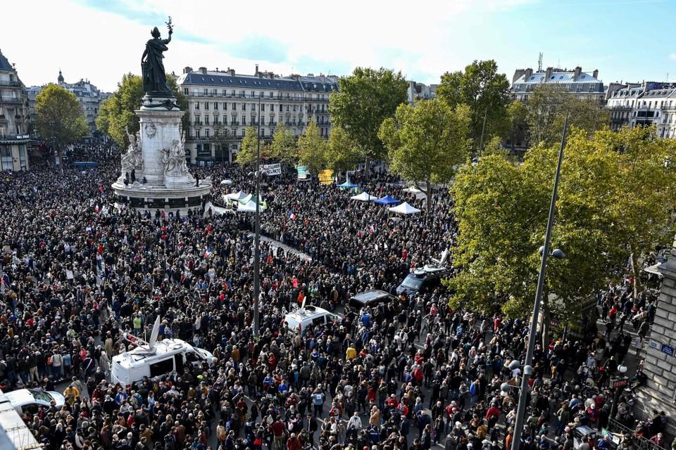 Duizenden Fransen herdenken de vermoorde leraar Samuel Paty (47)
