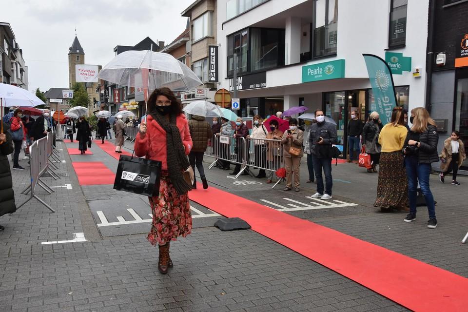 De lange rode loper uit de Boomstraat wordt vervangen door de korte aan het Cardijnplein.