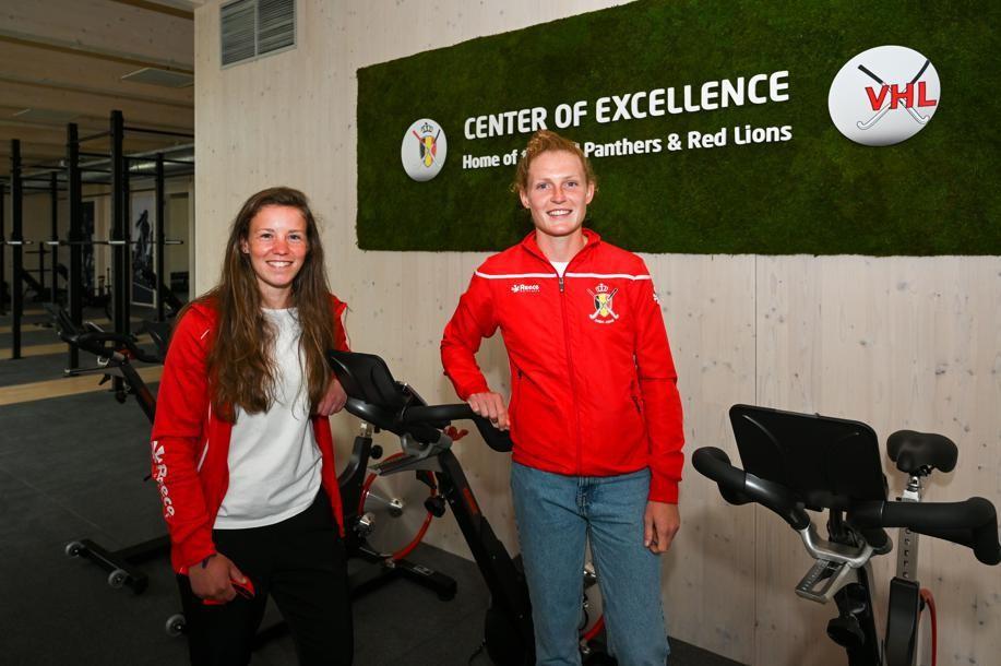"""Red Panthers Emma Puvrez (23) en Elodie Picard (23): """"Het is handig dat we hier ruimte hebben om te studeren tussen de trainingen."""""""