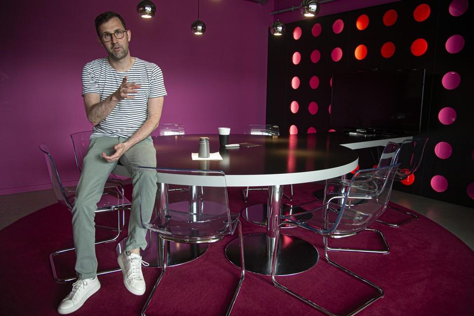 Pieter Janssensin een van de twaalf vergaderlokalen, deze is ingericht met als thema disco.