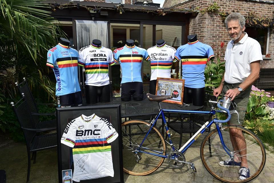 Paul Mortelmans bij de truitjes die hij wist te bemachtigen van bekende wereldkampioenen, onder wie Boonen, Sagan, Evenepoel, Van Aert, Van Looy en Philippe Gilbert.