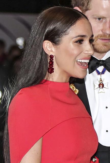 Meghan Markle met rode oorbellen van de ontwerpster
