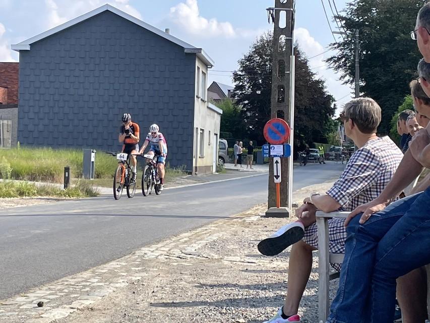 Een aantal buurtbewoners nestelt zich gezellig langs het parcours.